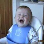 Bébé qui rit aux éclats